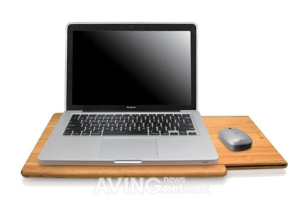 Table à Laptop en bamboo avec un Macbook Pro et souris