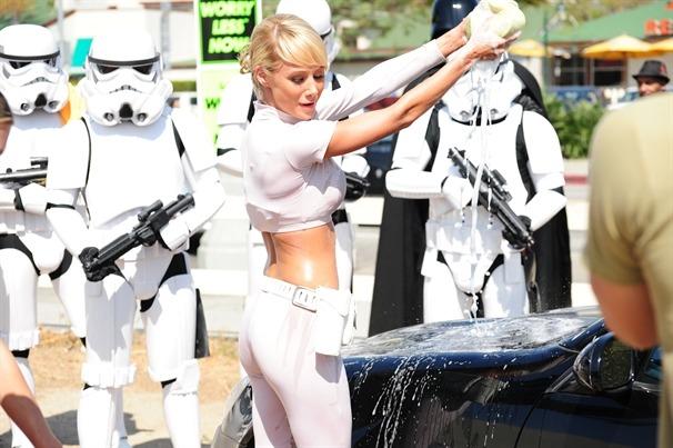 Sara Underwood savonnant une voiture avec des stormtroopers en arrière-plan - Lave-auto Star Wars