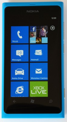 L'écran de démarrage (start screen) du Nokia Lumia 800