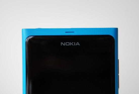 Verre et polycarbonate en parfaite harmonie - face avant du Nokia Lumia 800, cyan
