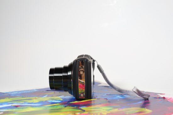 Un des deux côtés du F800EXR, appareil photo de Fufifilm