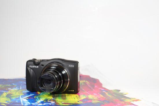 Fujifilm FinePix F800EXR, objectif ouvert, sur une plaque peinte