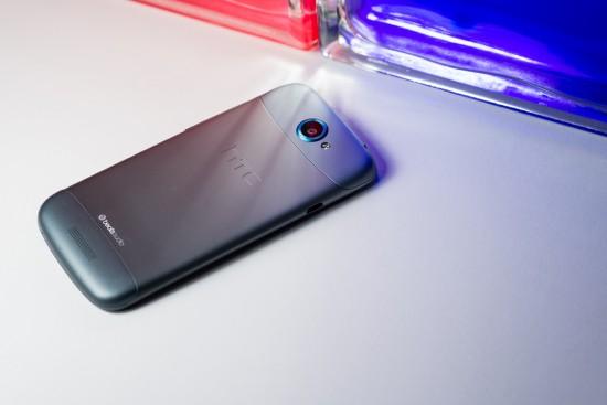 Le dos du HTC One S est légèrement concave, ce qui le rend encore plus mince en main que ses (déjà petites) dimensions pourraient laisser croire.