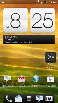 L'écran d'accueil du HTC One S, au sortir de la boîte, est classiquement HTC, à l'exception de certains gadgets installés ici à la demande de Telus.