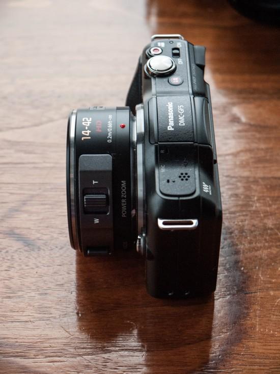Sur le côté de l'objectif, on retrouve la molette de zoom et celle de mise au point manuelle.