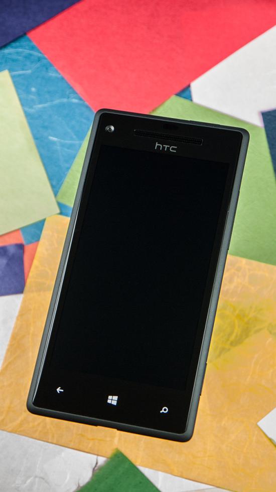 Le devant du HTC Windows Phone 8X présente les amis habituels: écran tactile, boutons capacitifs pour Windows Phone, écouteur, logo de l'entreprise, capteurs de luminosité et caméra avant.