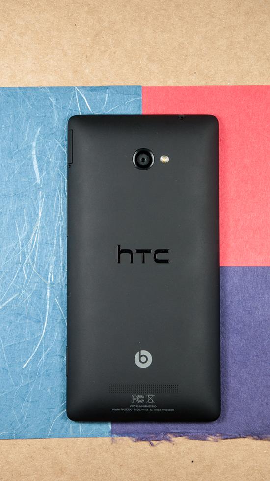 À l'arrière de l'appareil, on retrouve la caméra principale, son flash à DEL, le logo HTC, le logo Beats Audio ainsi que le haut-parleur.