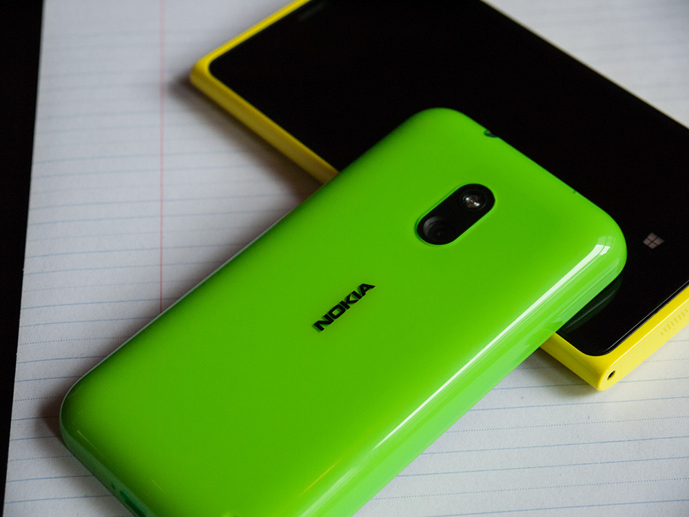 L'héritage Lumia se fait bien sentir dans le 620. Malgré son bas prix, il possède tout le charme et la finesse de conception que son grand-frère, le Lumia 920