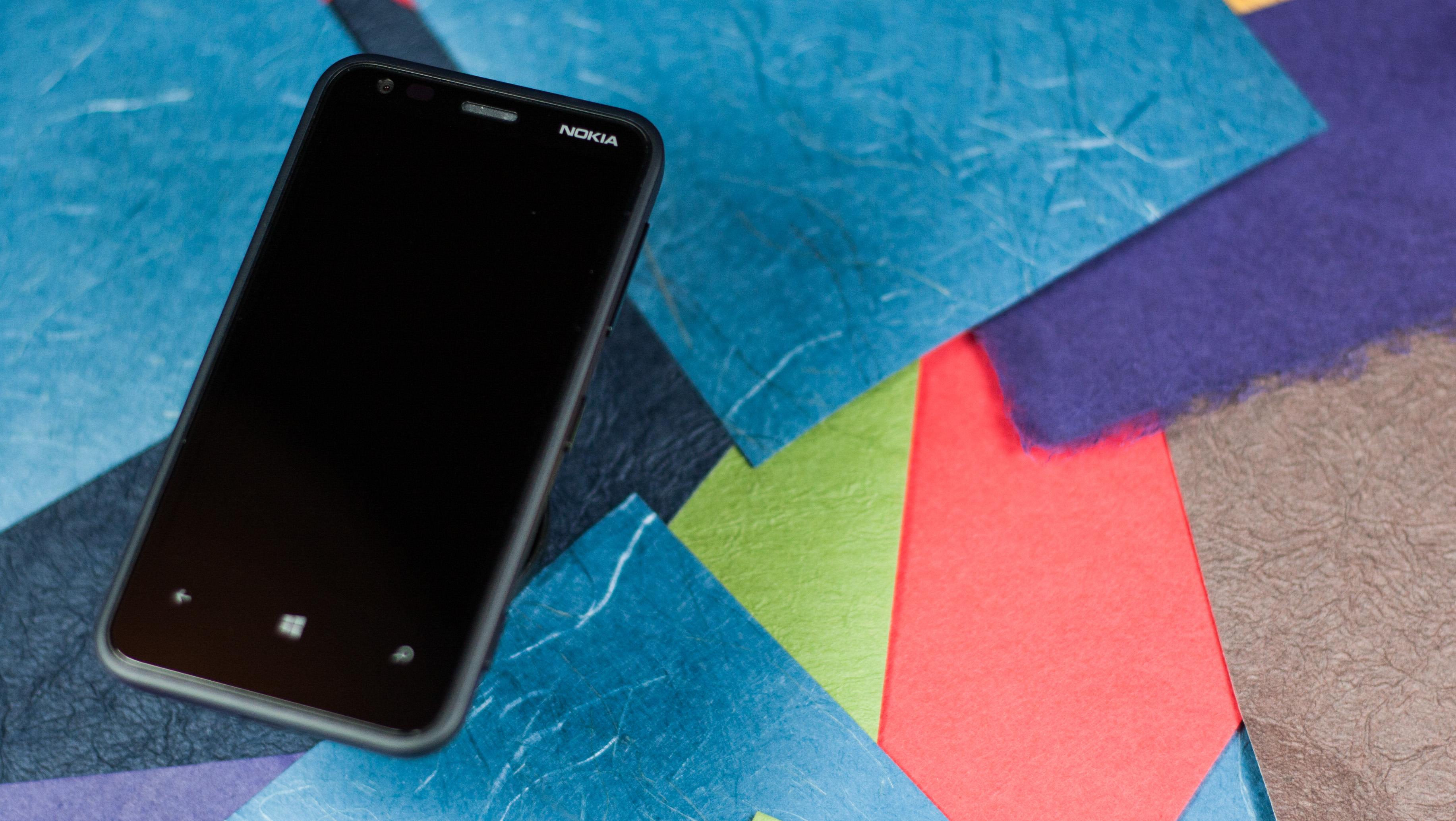 Le Nokia Lumia 620, tout en noir, vu de face