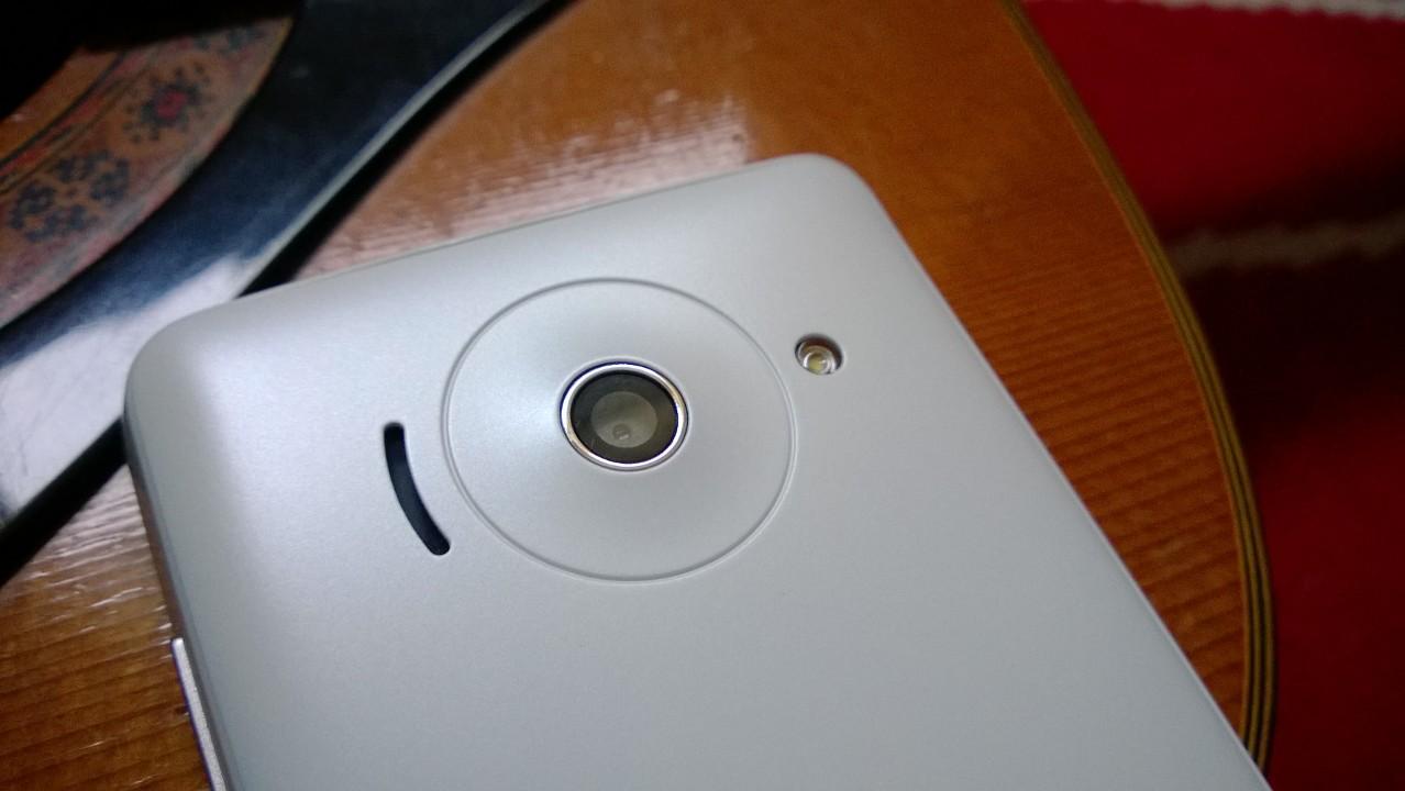 Jolie touche design, le pourtour de l'objecti de la caméra est légèrement convexe, entouré du haut-parleur d'un côté et du flash à LED simple de l'autre.