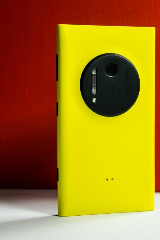 La face arrière comprend l'Oreo photographique ainsi que deux discrets connecteurs métalliques (pour la coque de chargement sans fil)