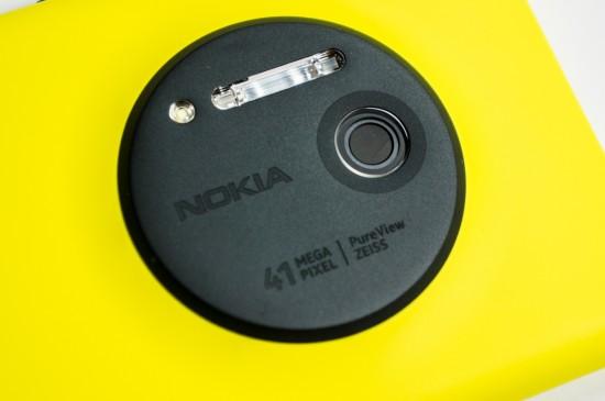 L'attrait majeur du Lumia 1020 est son talent photographique et cette rondelle à l'arrière de l'appareil n'hésite pas à nous le rappeler. Du haut vers le bas, on y retrouve l'illuminateur à DEL (pour la mise au point et l'illumination vidéo), le flash au xénon, le logo Nokia, l'objectif et, bien sûr, le mégapixelage et le logo ZEISS.