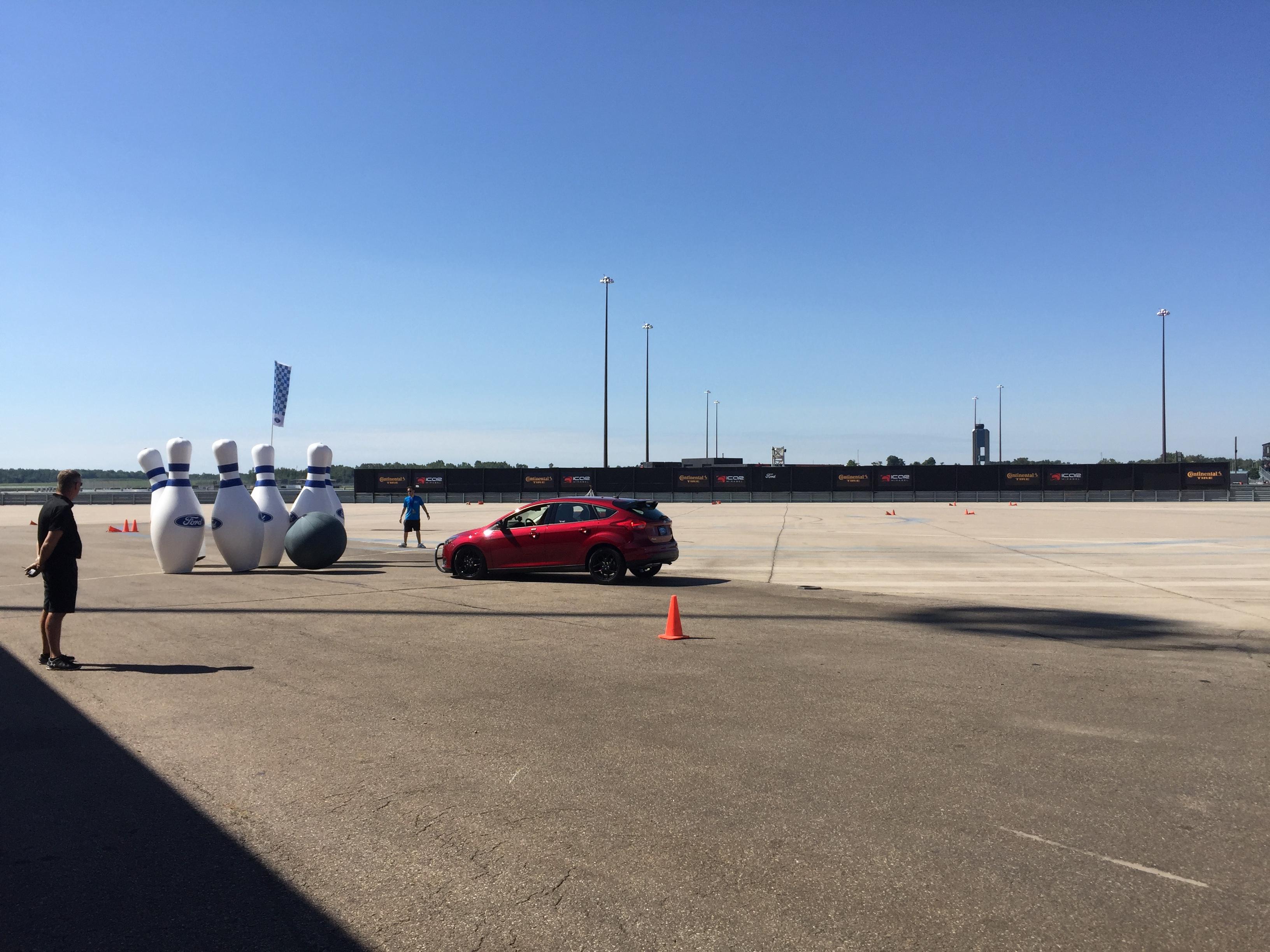 Jouer aux quilles avec une Ford Focus - Marathon des Découvertes Ford