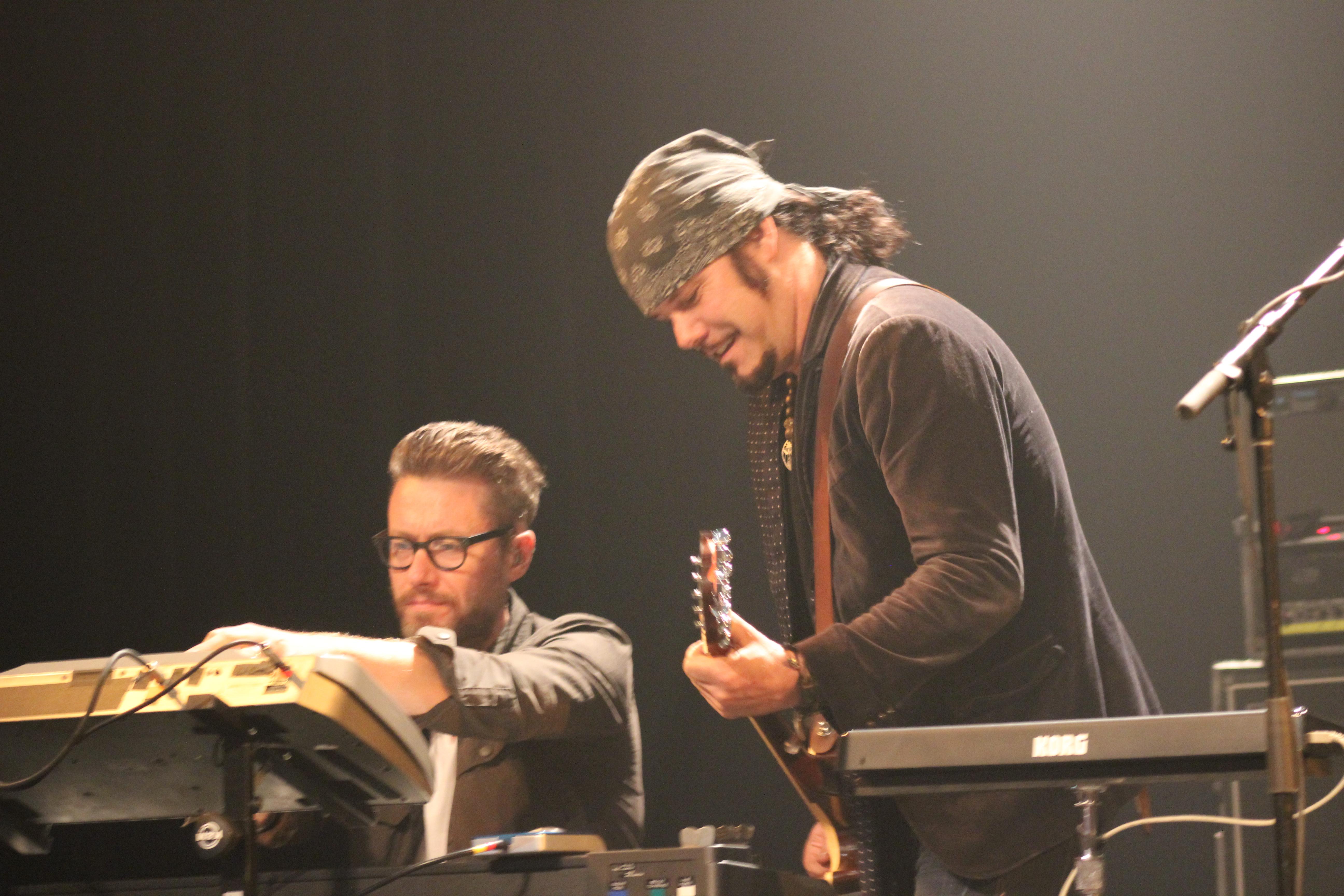 Le claviériste/bassiste Stuart Chatwood et le chanteur Jeff Martin