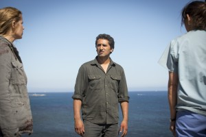 Kim Dickens as Madison, Cliff Curtis as Travis and Elizabeth Rodriguez as Liza - Fear The Walking Dead _ Season 1, Episode 6 - Photo Credit: Justina Mintz/AMC