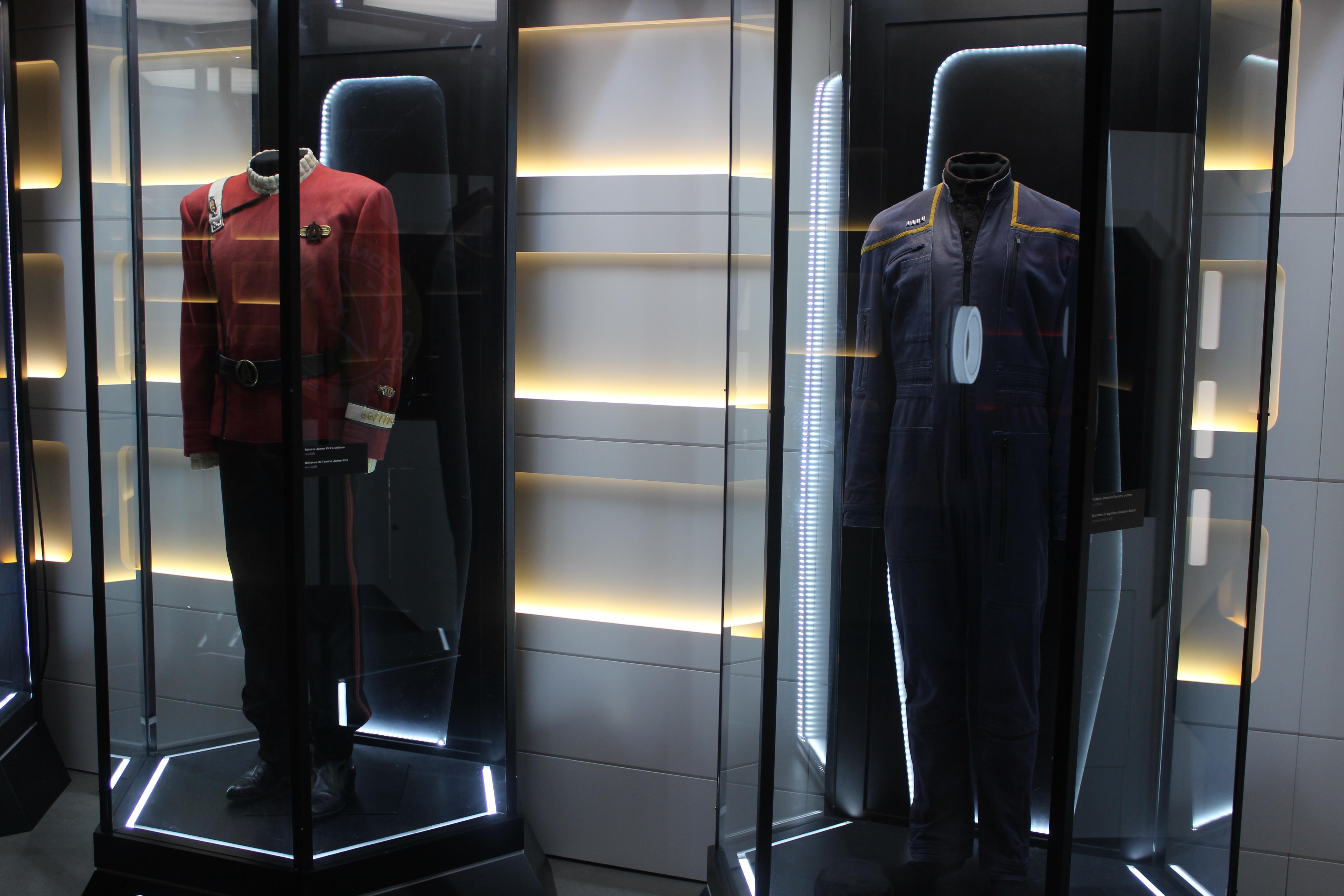 De nombreux uniformes portés par des acteurs de la série sont exposés