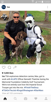 Ici, un agent de la Transportation Security Administration pose sans gêne avec un Imperial Scout Trooper.