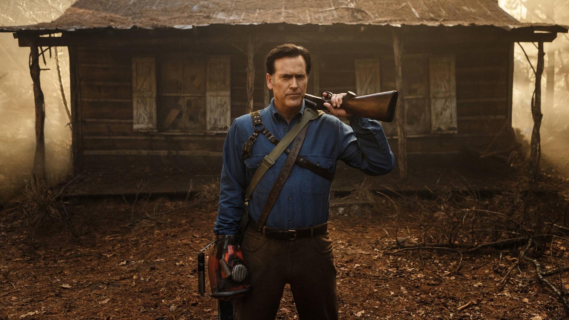 Ash, devant la cabane dans les bois, où tout à commencé. | Ash vs Evil Dead