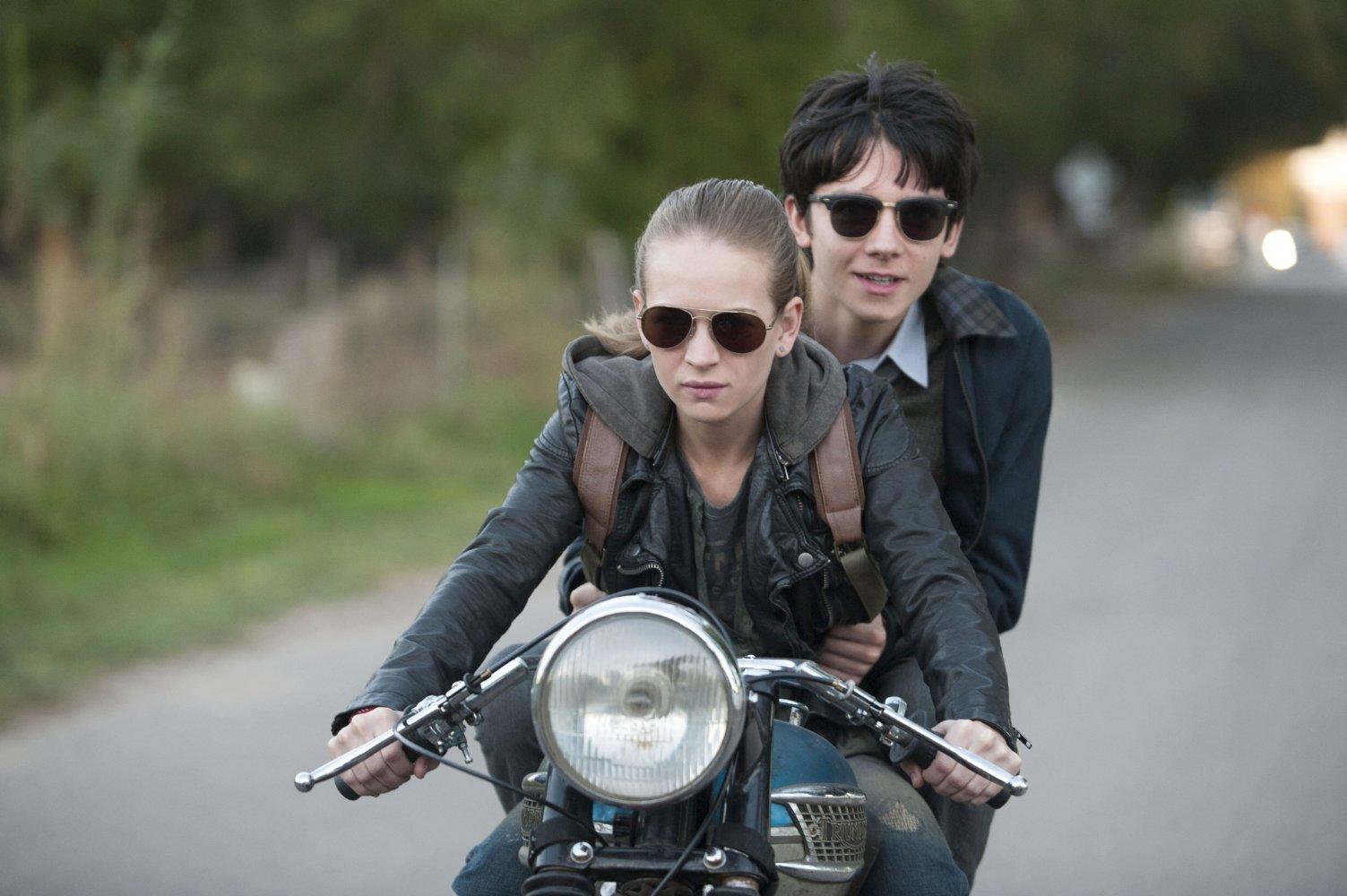 Britt Robertson (Tulsa) et Asa Butterfield (Gardner). Source IMDB