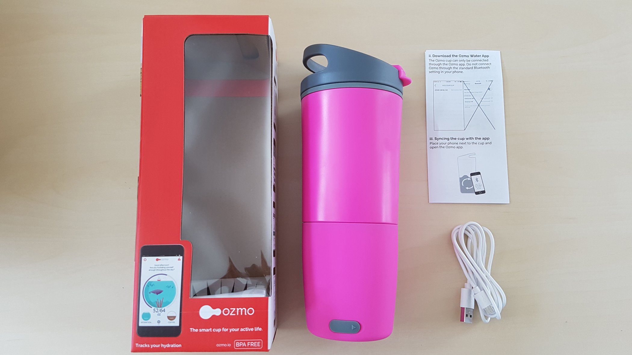 La bouteille Ozmo Smart Cup et son emballage.