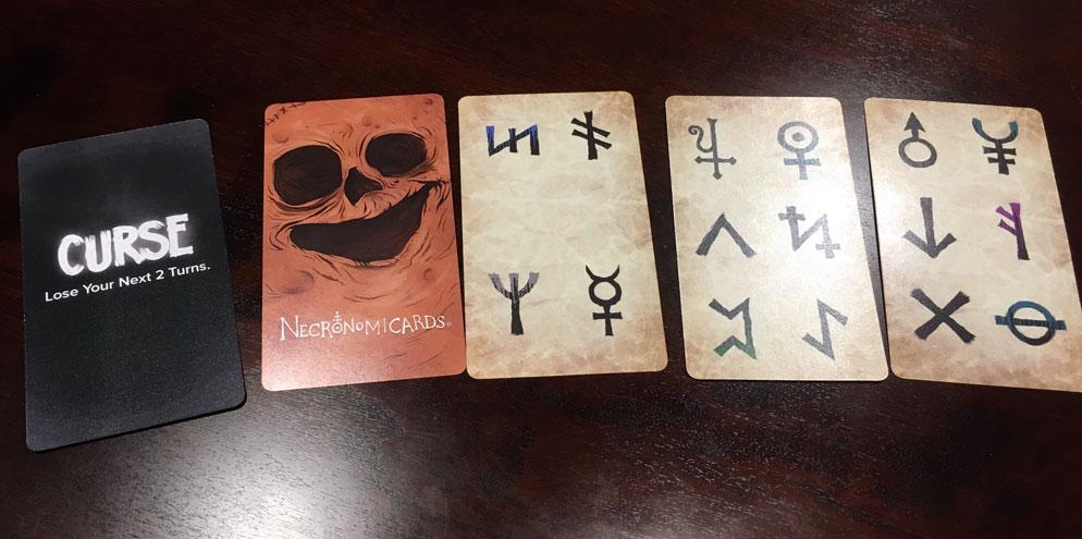 Les symboles runiques sur les cartes sortilèges permettent aux joueurs d'invoquer les créatures.
