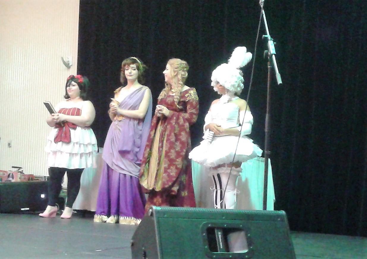 De gauche à droite: Assistante - directrice Cupcake Chen Costuming, les juges Miss Messy Mia, Kitkatspazz et Darkarnival. | Animara Con 2017