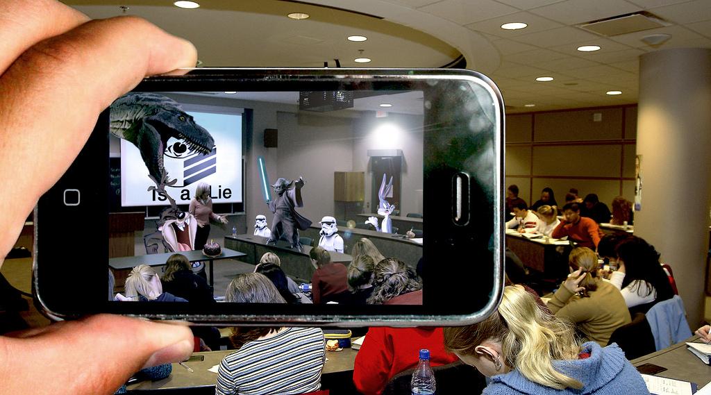 Selon Shanti Gaudreault, Lead chez Unity Montréal, les écrans seront bien moins nombreux d'ici une dizaine d'années. notamment grâce à la réalité augmentée et la légèreté des lunettes de RA. Image: Tom / Flickr