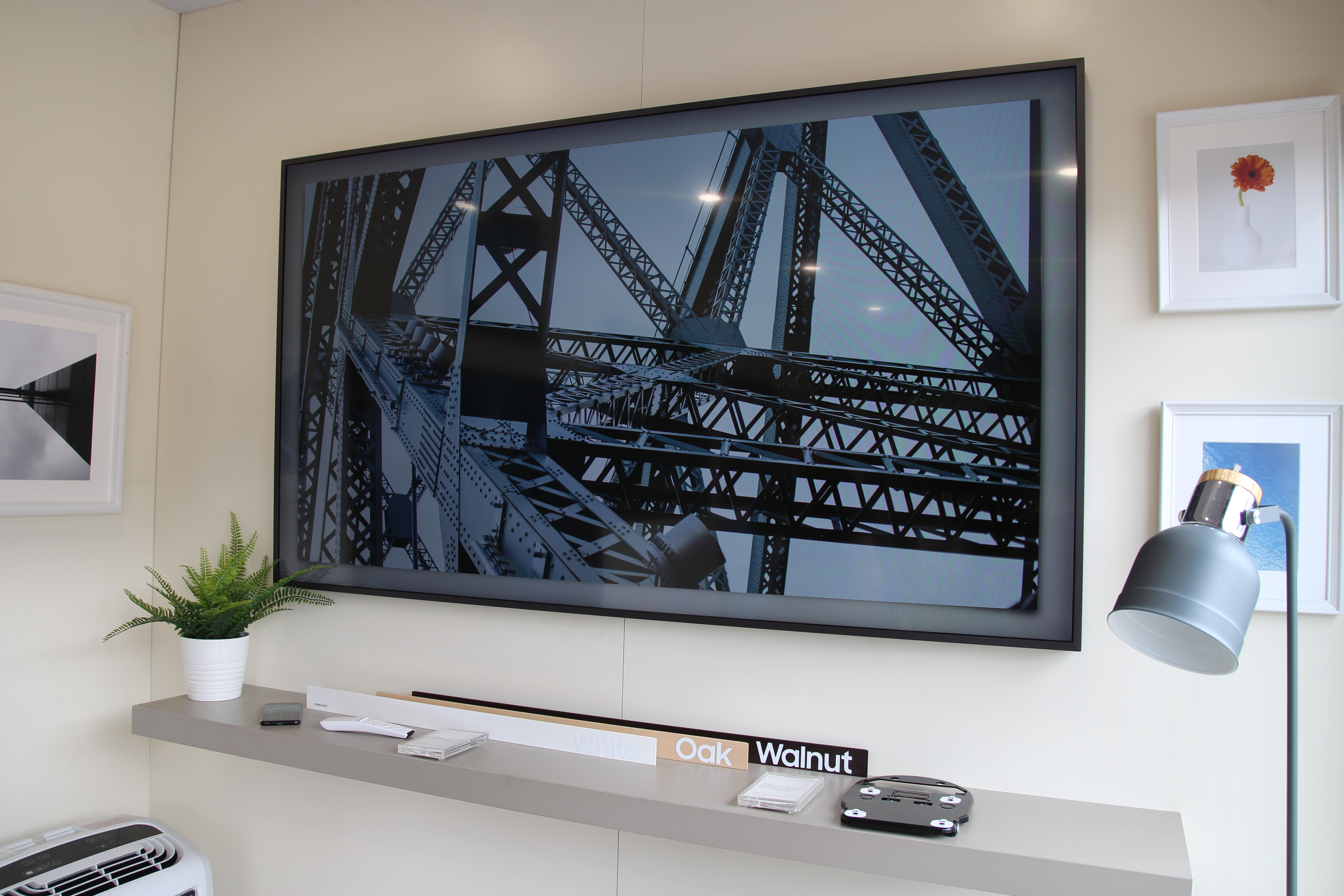 lancement montr alais du t l viseur samsung le cadre avec alexandre champagne. Black Bedroom Furniture Sets. Home Design Ideas
