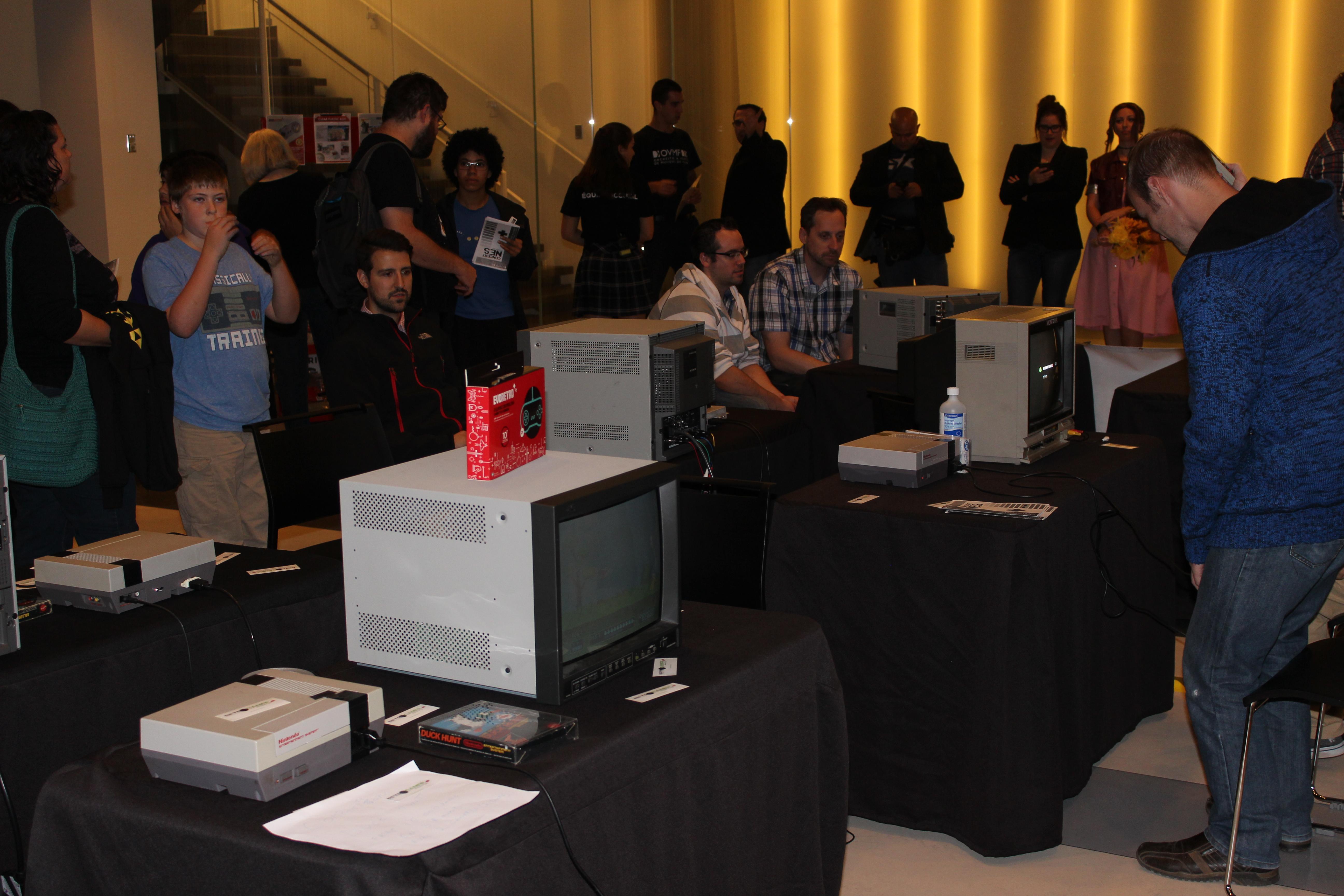 Des classiques comme Super Mario Bros, Duck Hunt et Balloon Fight étaient disponibles à l'essai avant le spectacle
