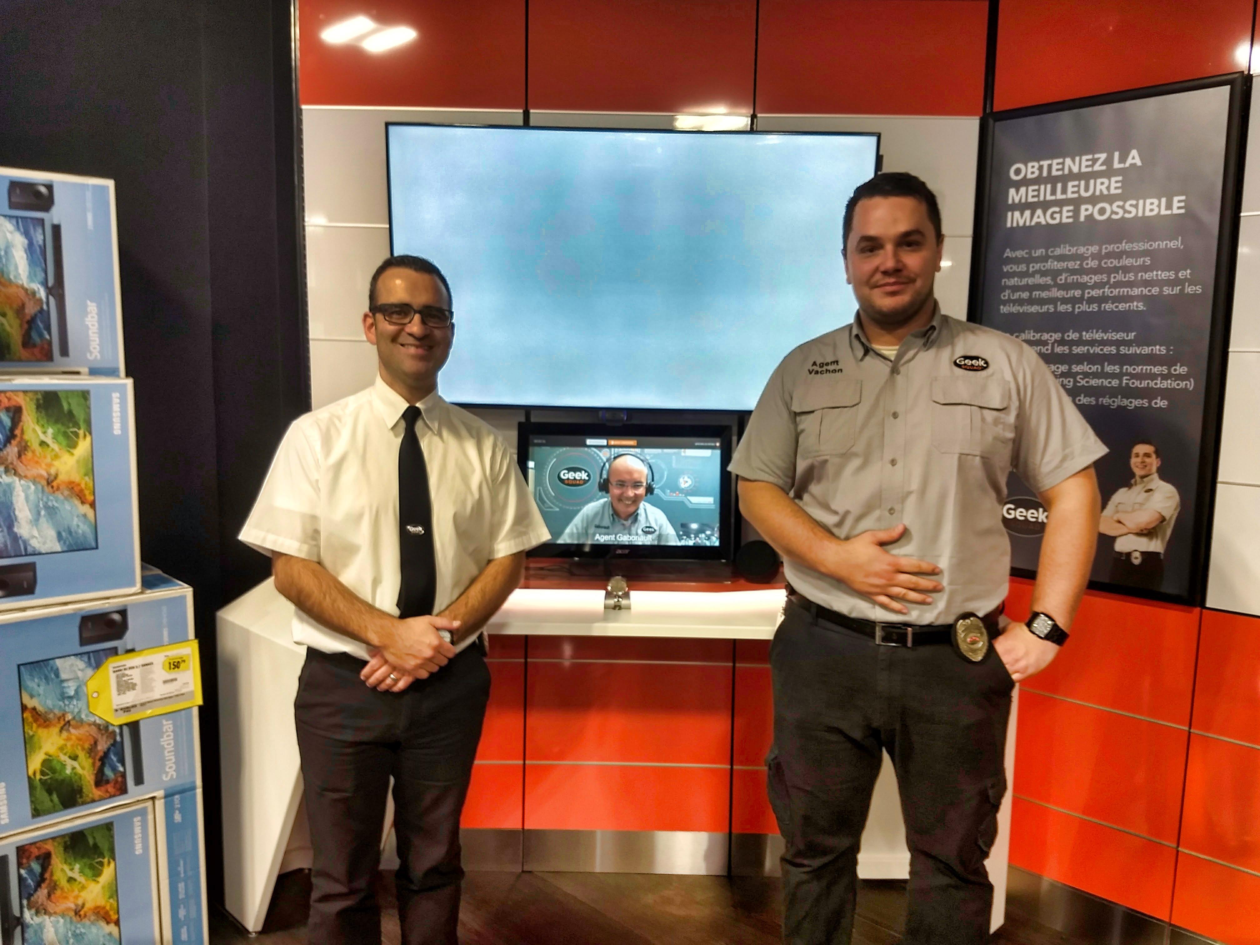 Les agents Vachon (droite), Gaboriault (centre) et Petit (gauche) de la Geek Squad devant le service de vidéoconférence. | Best Buy Expérience Centre-Ville Montréal