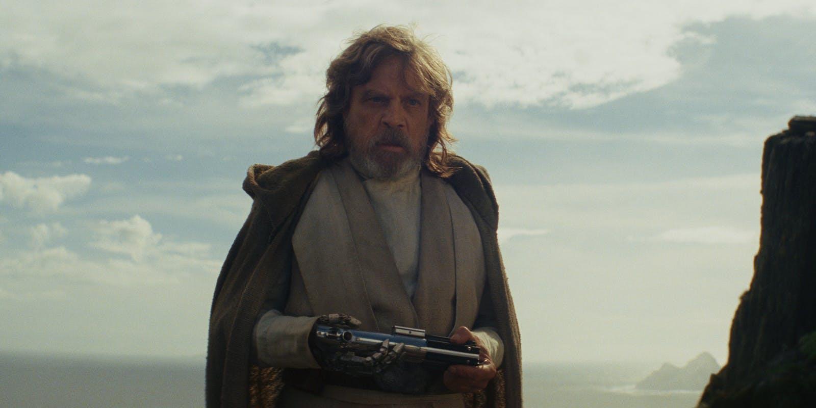 Mark Hamill reprend avec brio le rôle de Luke, maintenant âgé et ployant sous le poids de ses erreurs