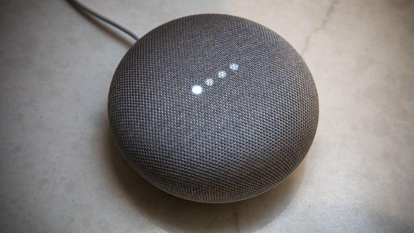 Google Home Mini peut répondre à vos questions et contrôler certains appareils dans la maison