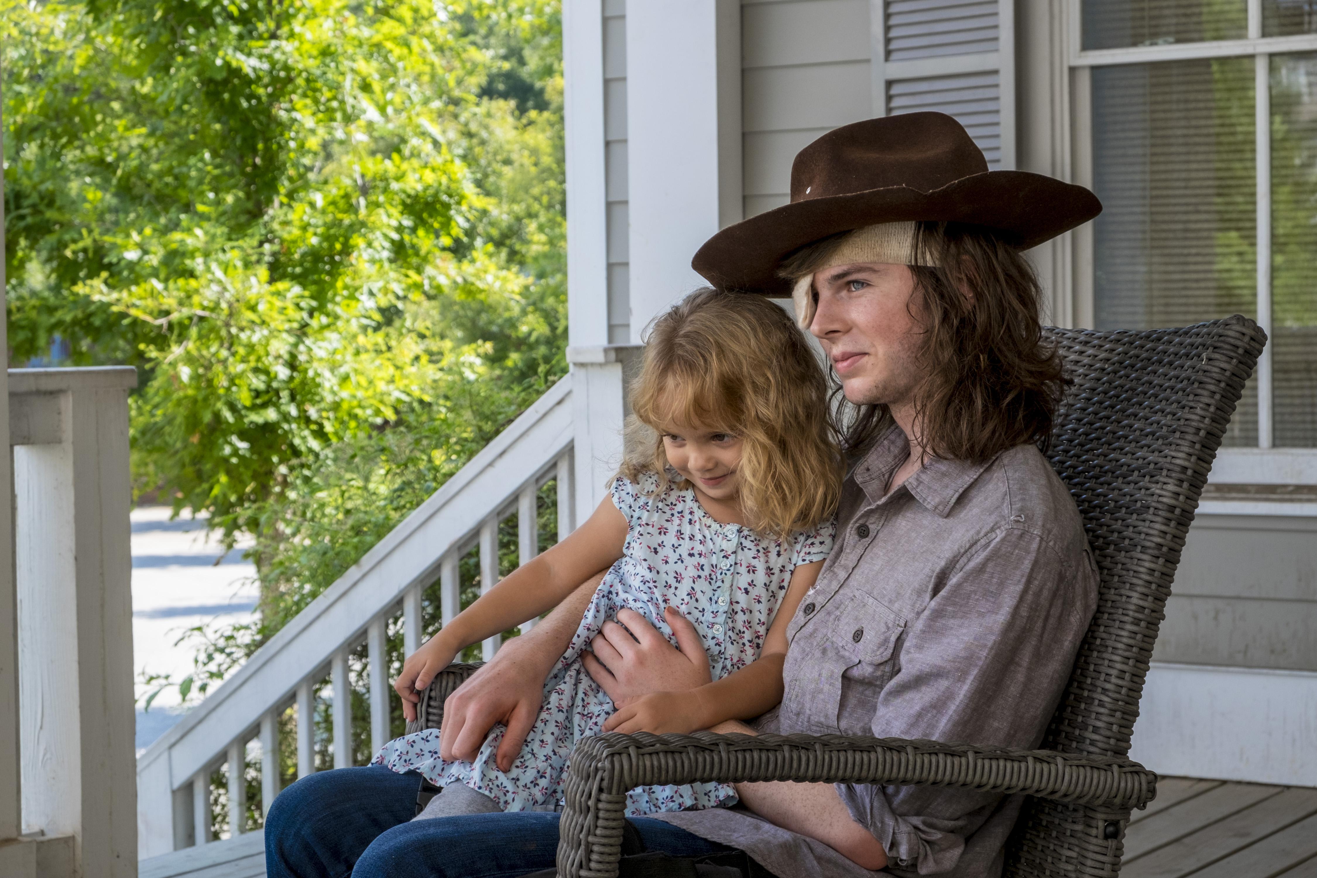 Carl Grimes (Chandler Riggs) passe de bons moments avec sa soeur Judith - The Walking Dead - Saison 8, Épisode 9 - Crédit photo: Gene Page/AMC