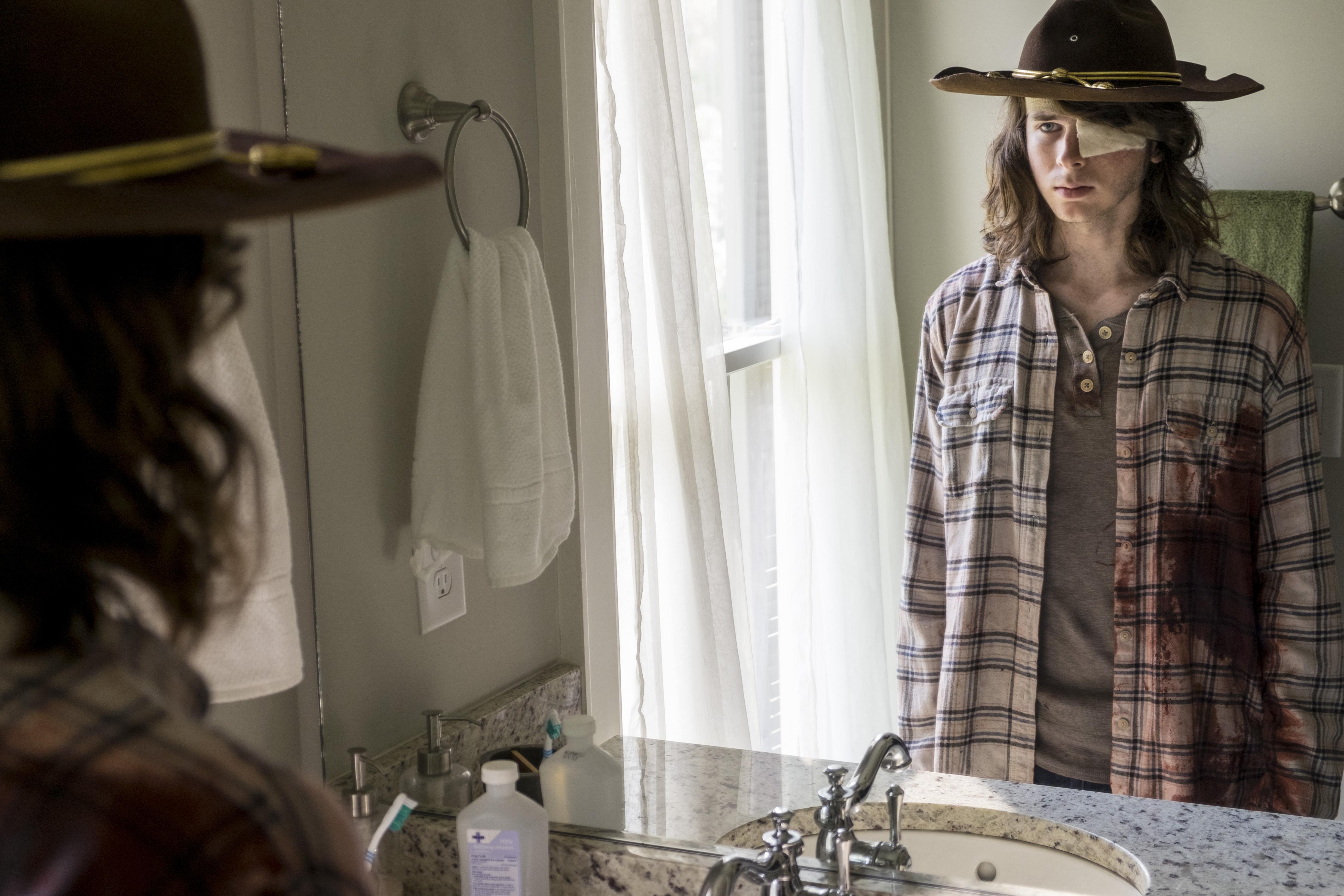 Carl Grimes (Chandler Riggs) fait face à la mort et à ce qu'il veut pour le futur de ses proches - The Walking Dead _ Saison 8, Épisode 9 - Crédit photo: Gene Page/AMC
