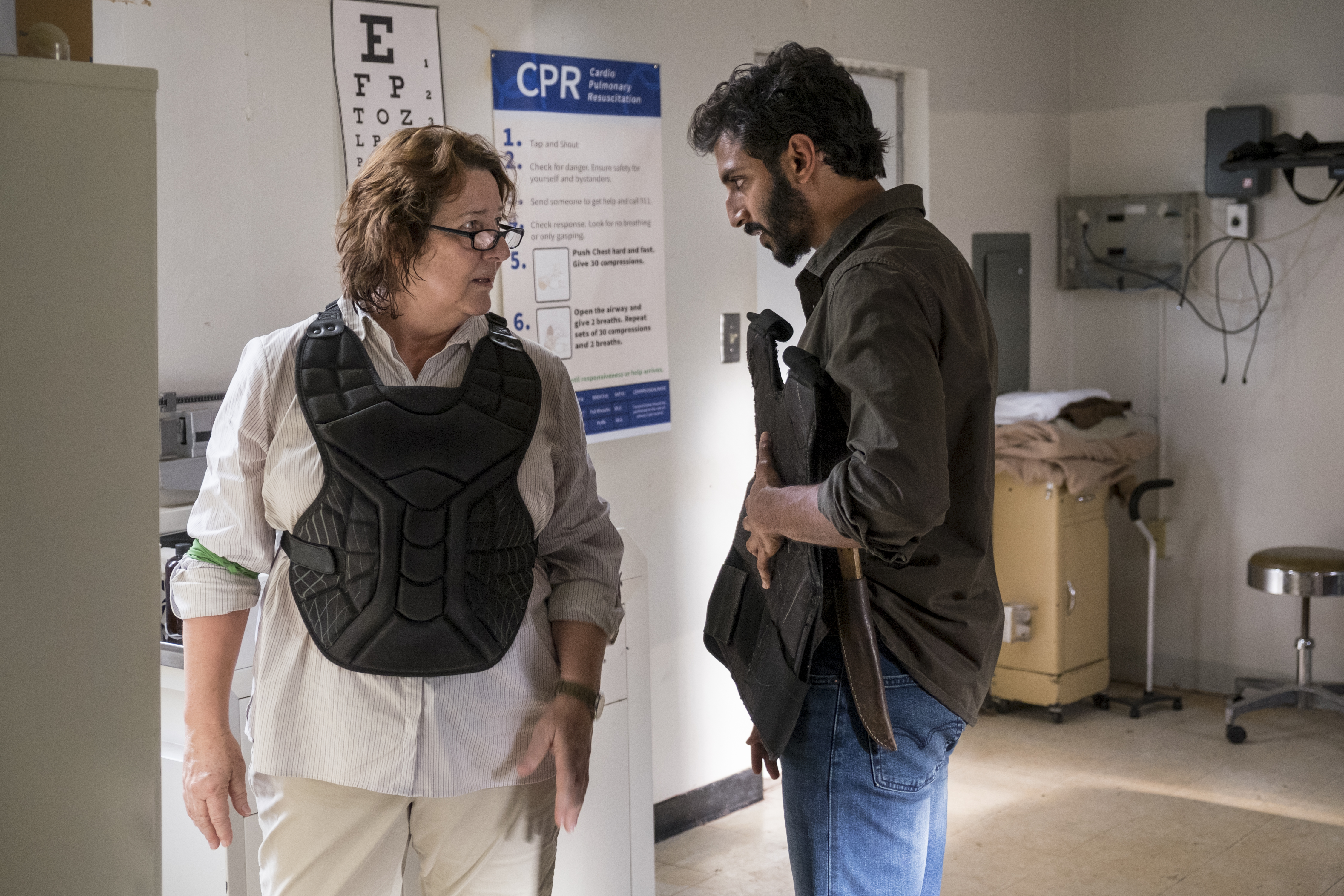 Dana (Peggy Sheffield) acceuille froidement Siddiq (Avi Nash) - The Walking Dead Saison 8 Épisode 13 - Crédit photo: Gene Page/AMC