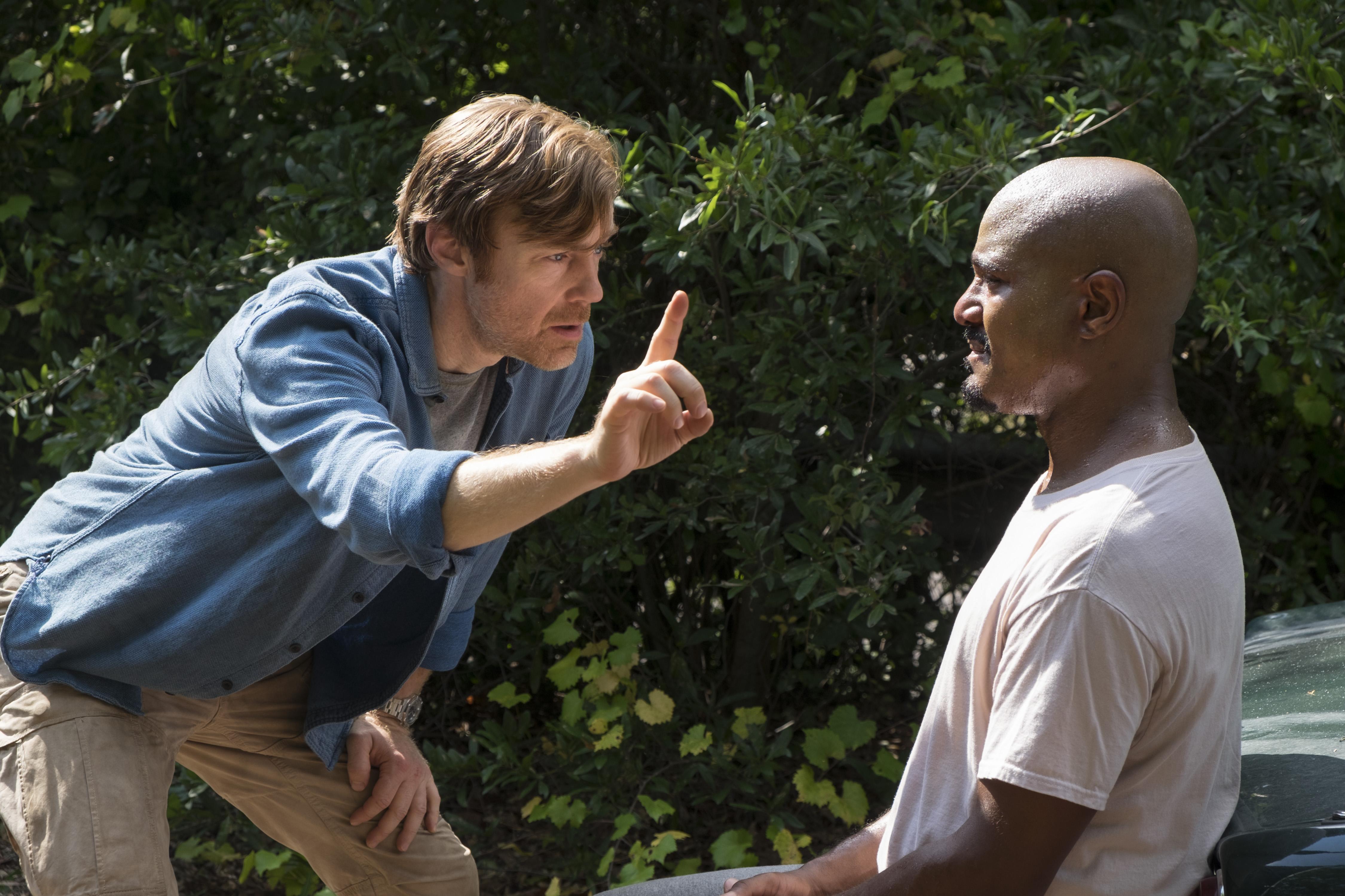 Le père Gabriel Stokes (Seth Gilliam) et le docteur Harlan Carson (R. Keith Harris) ne voient pas les choses de la même façon - The Walking Dead - Saison 8, Épisode 11 - Crédit Photo: Gene Page/AMC