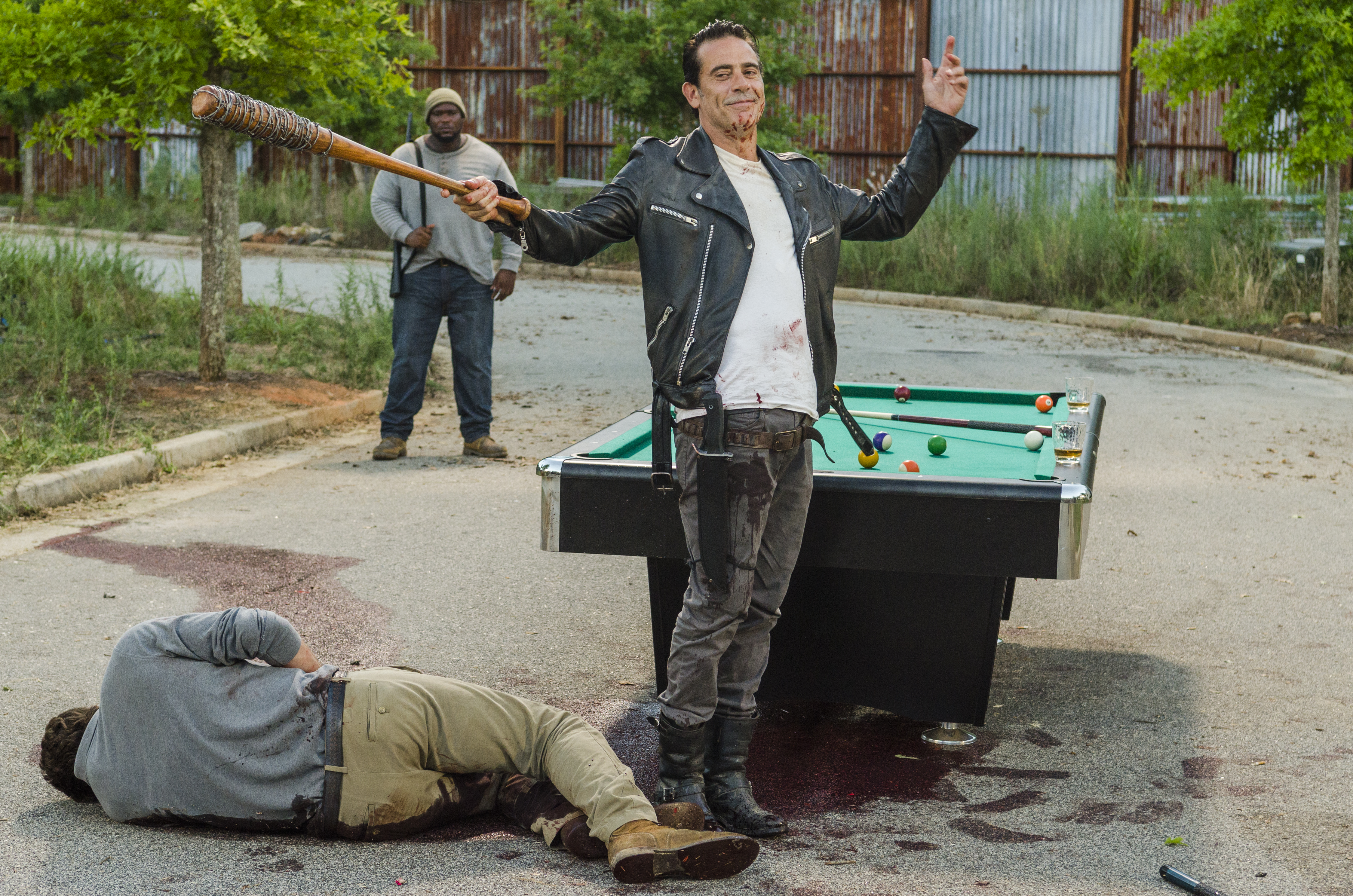 Negan le chic type (Jeffrey Dean Morgan), alors qu'il vient de tuer Spencer Monroe (Austin Nichols) - The Walking Dead Saison 7 Épisode 8 - Crédit Photo: Gene Page/AMC