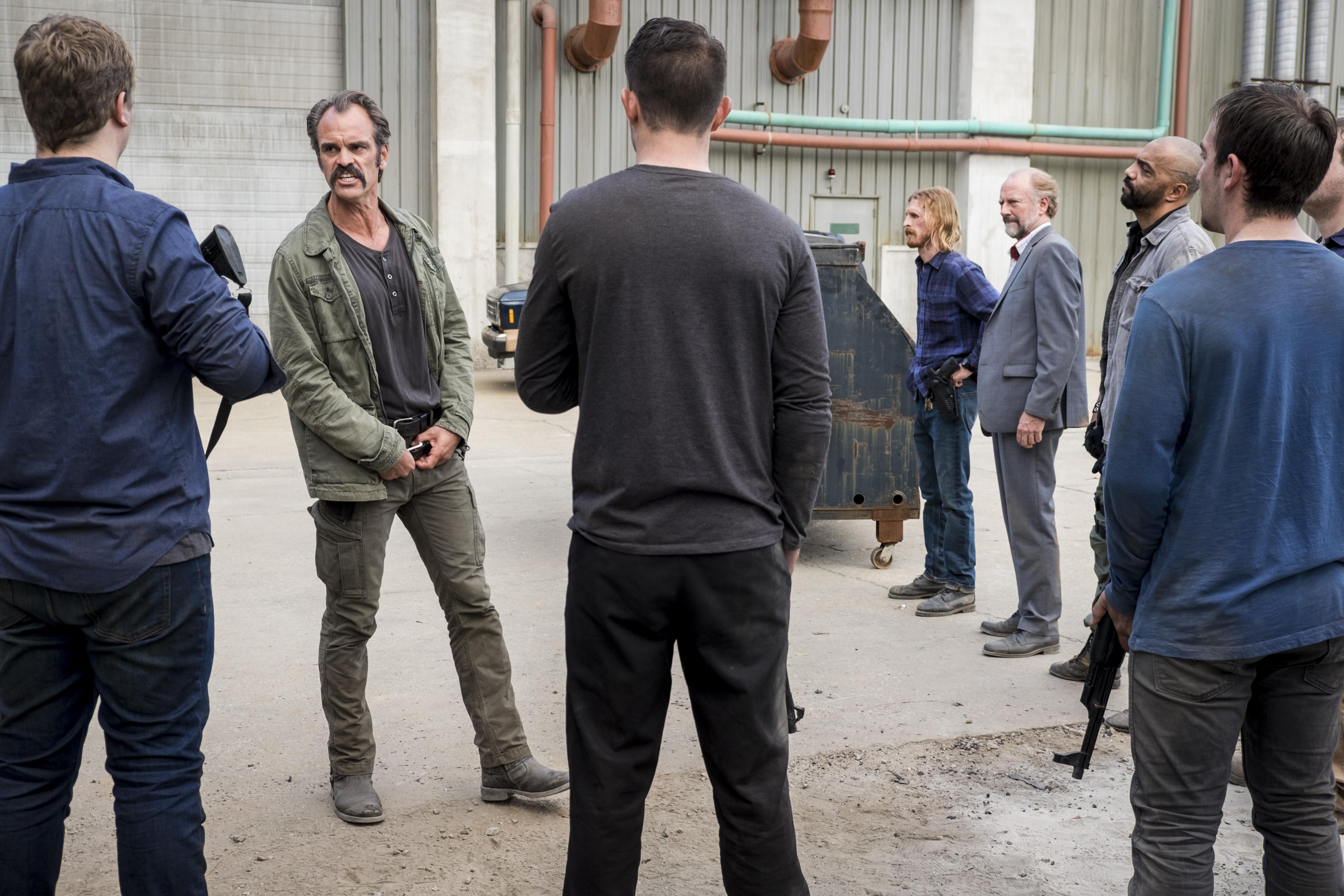Les rebelles se rencontrent sous le leadership de Simon (Steven Ogg), Dwight (Austin Amelio), et Gregory (Xander Berkeley) - The Walking Dead - Saison 8, Épisode 15 - Crédit photo : Gene Page/AMC