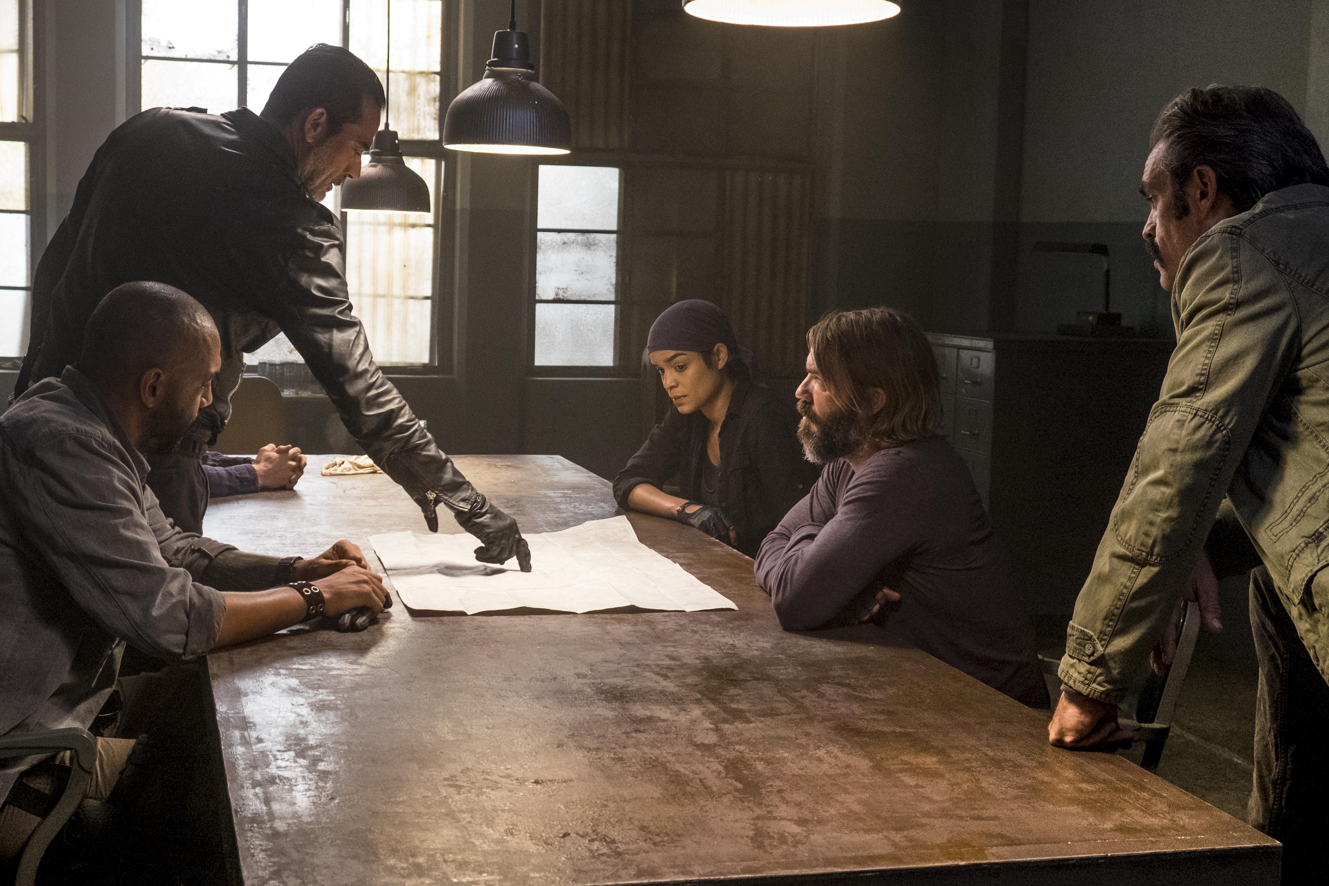 Negan (Jeffrey Dean Morgan) présente son plan à son état-major (Steven Ogg en tant que Simon, Elizabeth Ludlow en tant que Arat, Austin Amelio en tant que Dwight) - The Walking Dead - Saison 8, Épisode 15 - Crédit photo : Gene Page/AMC