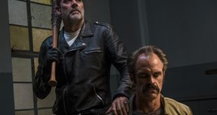 Simon (Steven Ogg) est à la merci de Negan (Jeffrey Dean Morgan) - The Walking Dead - Saison 8, Épisode 15 - Crédit photo : Gene Page/AMC