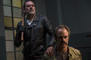 Simon (Steven Ogg) est à la merci de Negan (Jeffrey Dean Morgan) - The Walking Dead - Saison 8, Épisode 15 - Crédit photo : Gene Page/AMC