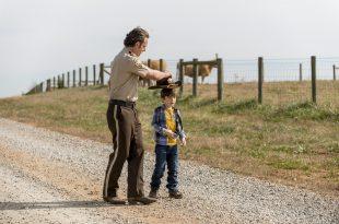 Rick Grimes (Andrew Lincoln) se rappelle des jours paisibles avec son fils Calr - The Walking Dead - Saison 8, Épisode 16 - Crédit Photo: Gene Page/AMC