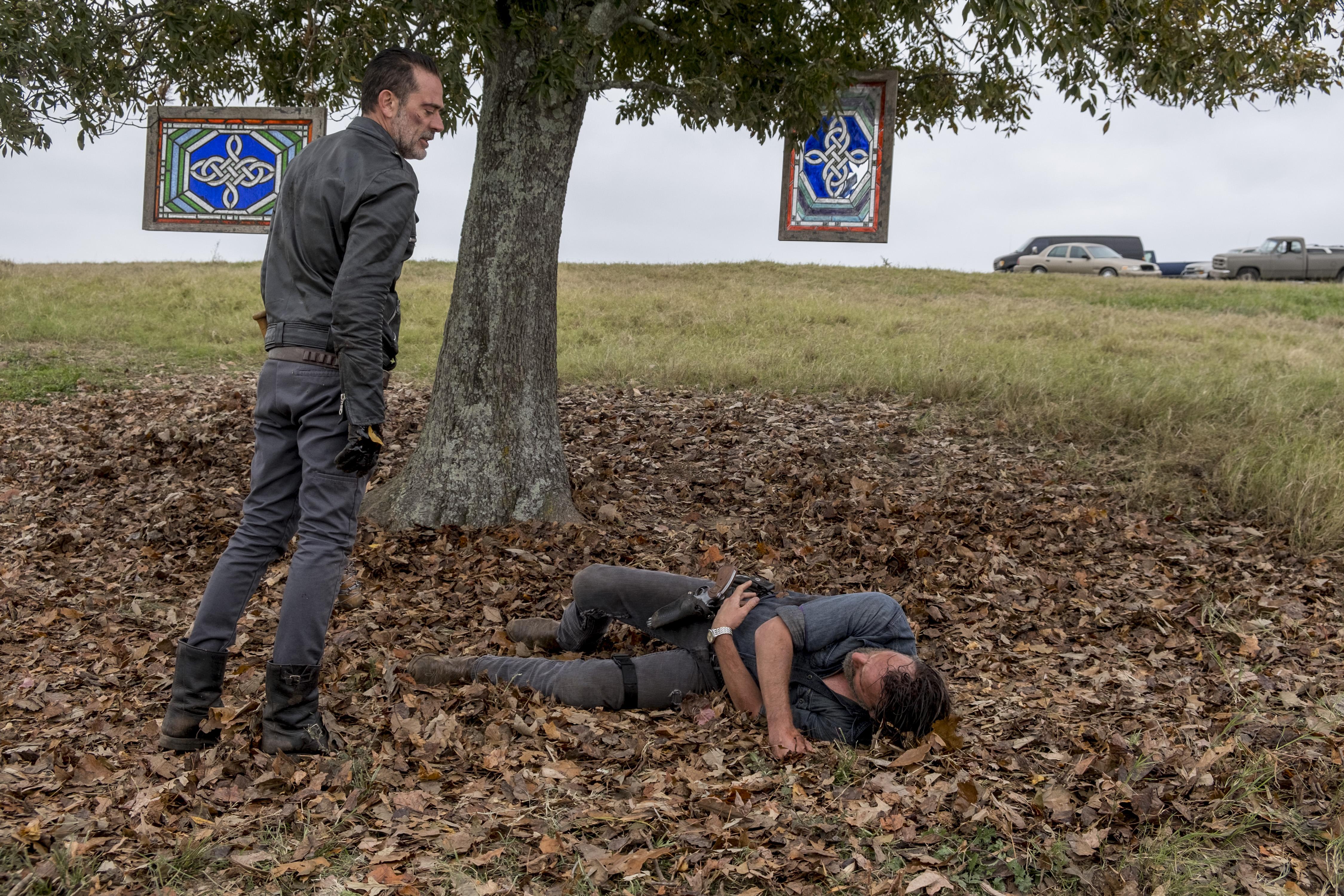 Negan (Jeffrey Dean Morgan) prend rapidement le dessus sur Rick Grimes (Andrew Lincoln) - The Walking Dead - Saison 8, Épisode 16 - Crédit Photo: Gene Page/AMC