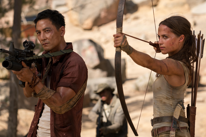 "Daniel Wu (Lu Ren) et Alicia Vikander (Lara Croft) - ""TOMB RAIDER"". © 2018 WARNER BROS. ENTERTAINMENT INC. AND METRO-GOLDWYN-MAYER PICTURES INC."