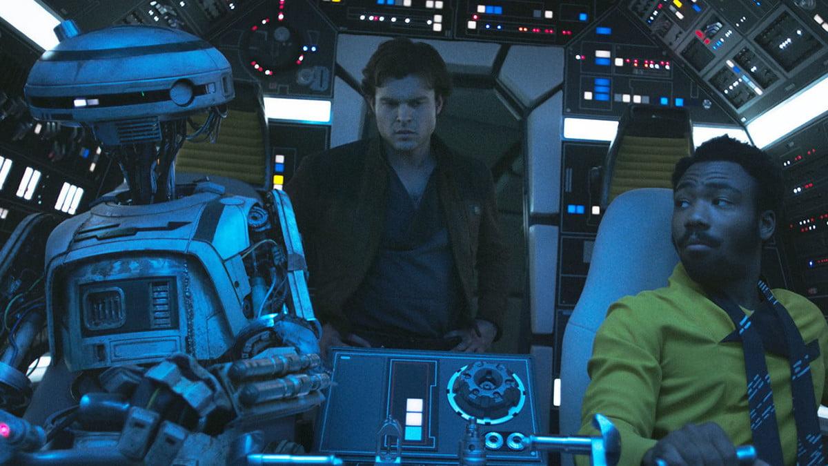 Solo lève le voile sur plusieurs aspects de la vie du jeune contrebandier, comme sa première rencontre avec Lando