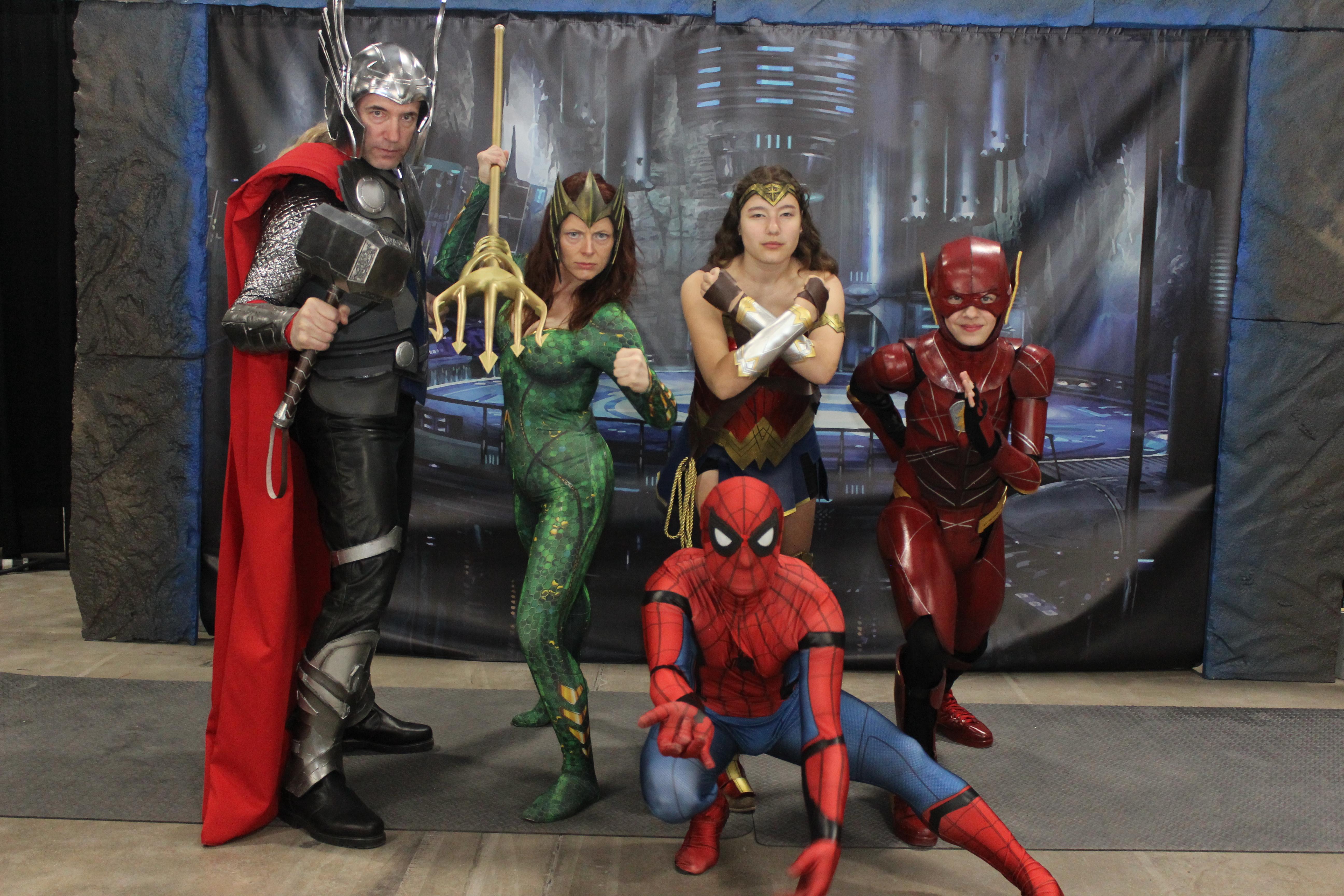 Vos yeux ne vous trompent pas : Thor et Spider-Man sont bien dans la Bat-Cave!