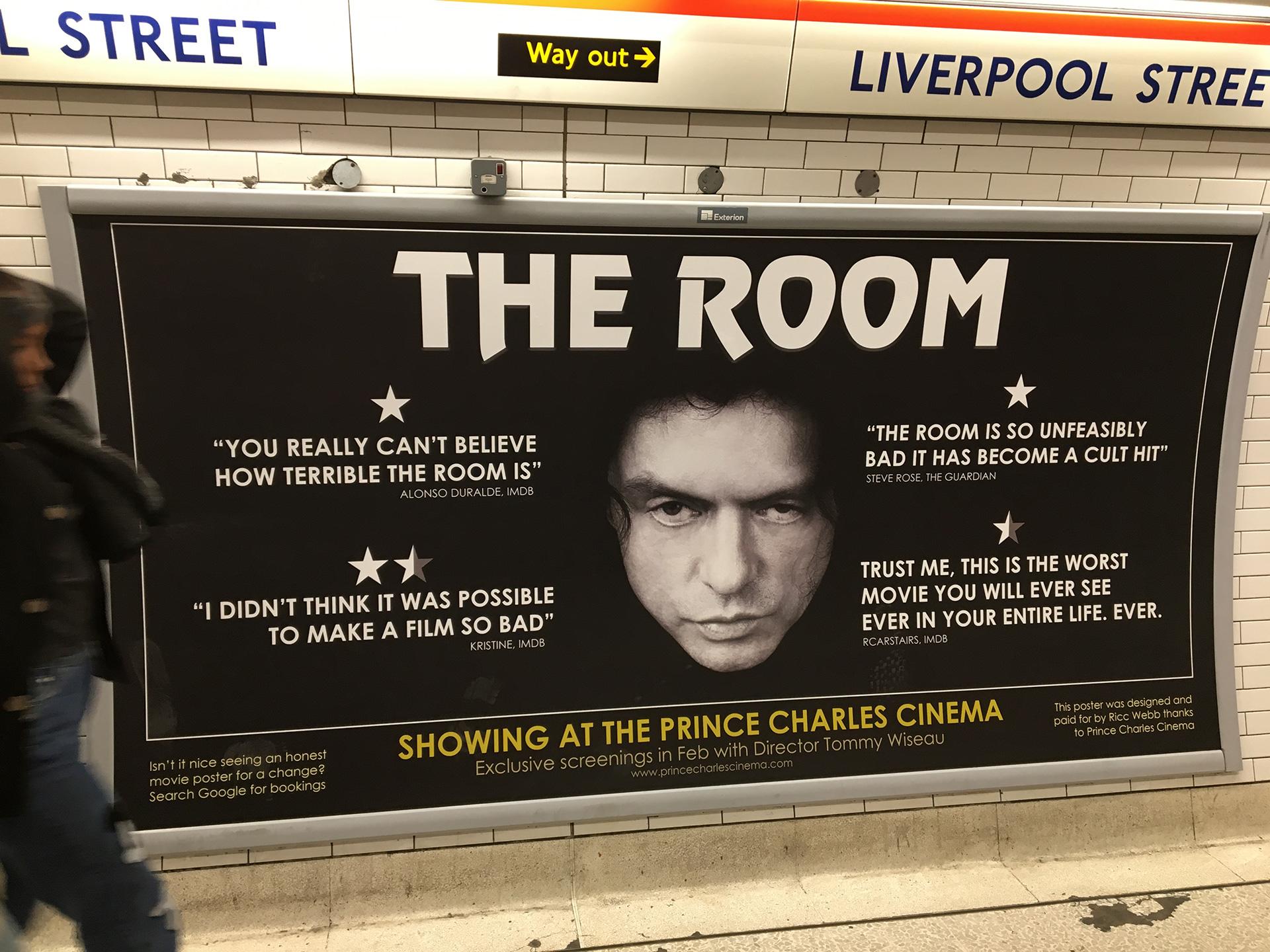 Dans le métro de Londres, une affiche qui annonce une projection de The Room