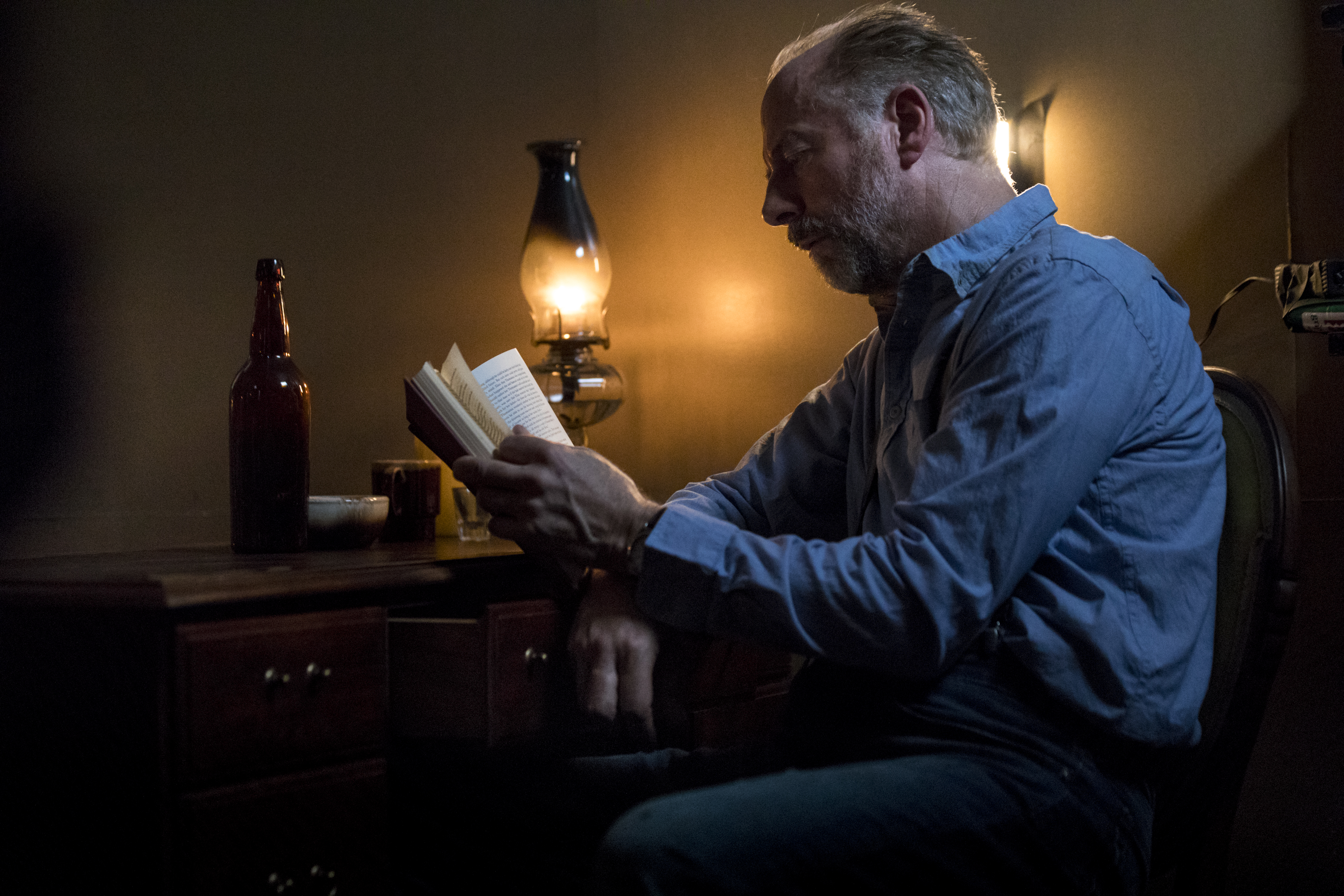 Gregory (Xander Berkeley) continue ses manigances malgré la paix atteinte dans les colonies depuis deux ans - The Walking Dead - Saison 9 Épisode 1 - Crédit photo: Jackson Lee Davis/AMC
