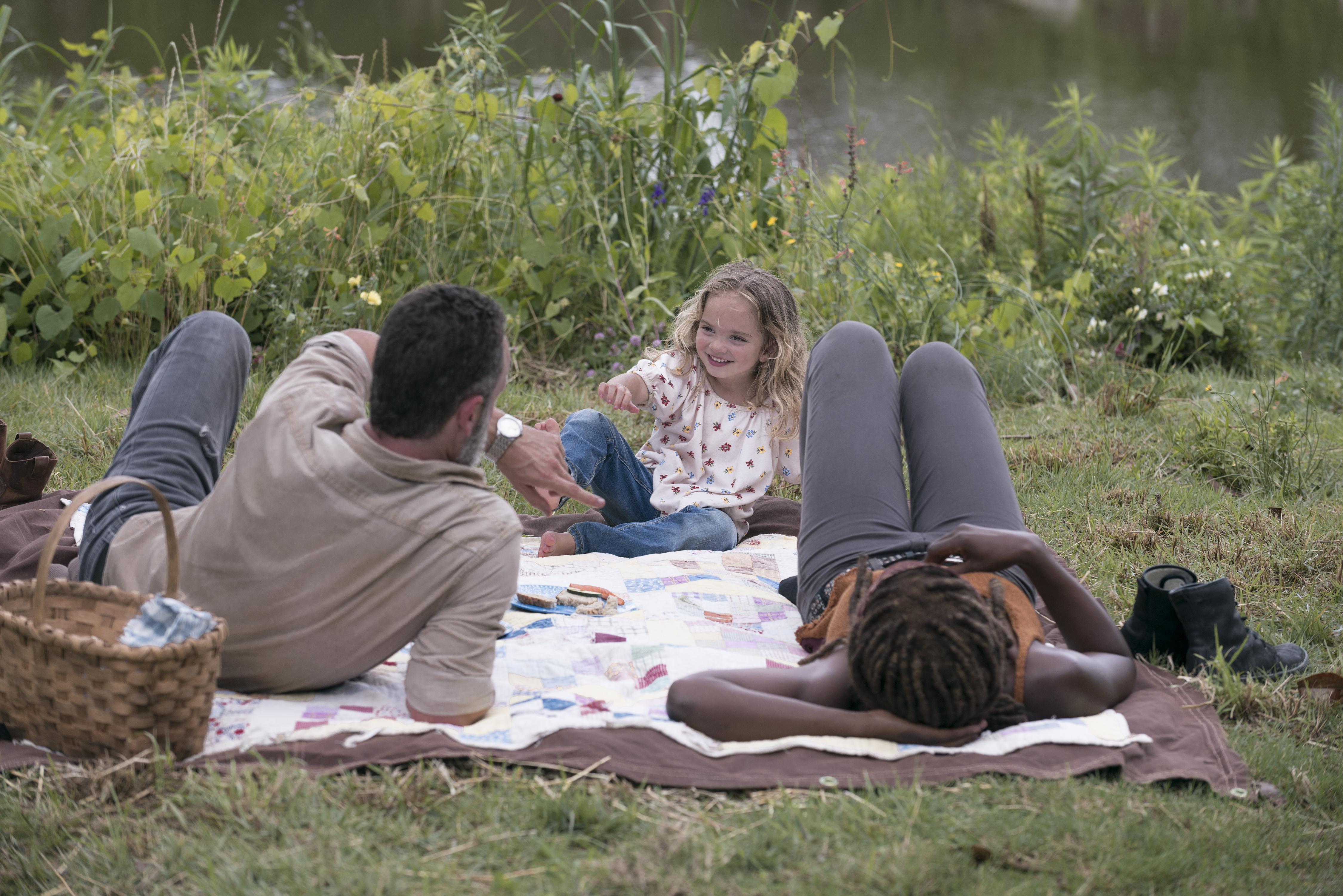 Rick Grimes (Andrew Lincoln), Judith Grimes (Chloe Garcia-Frizzi) et Michonne (Danai Gurira) - The Walking Dead Saison 9 Épisode 3 - Crédit Photo: Gene Page/AMC
