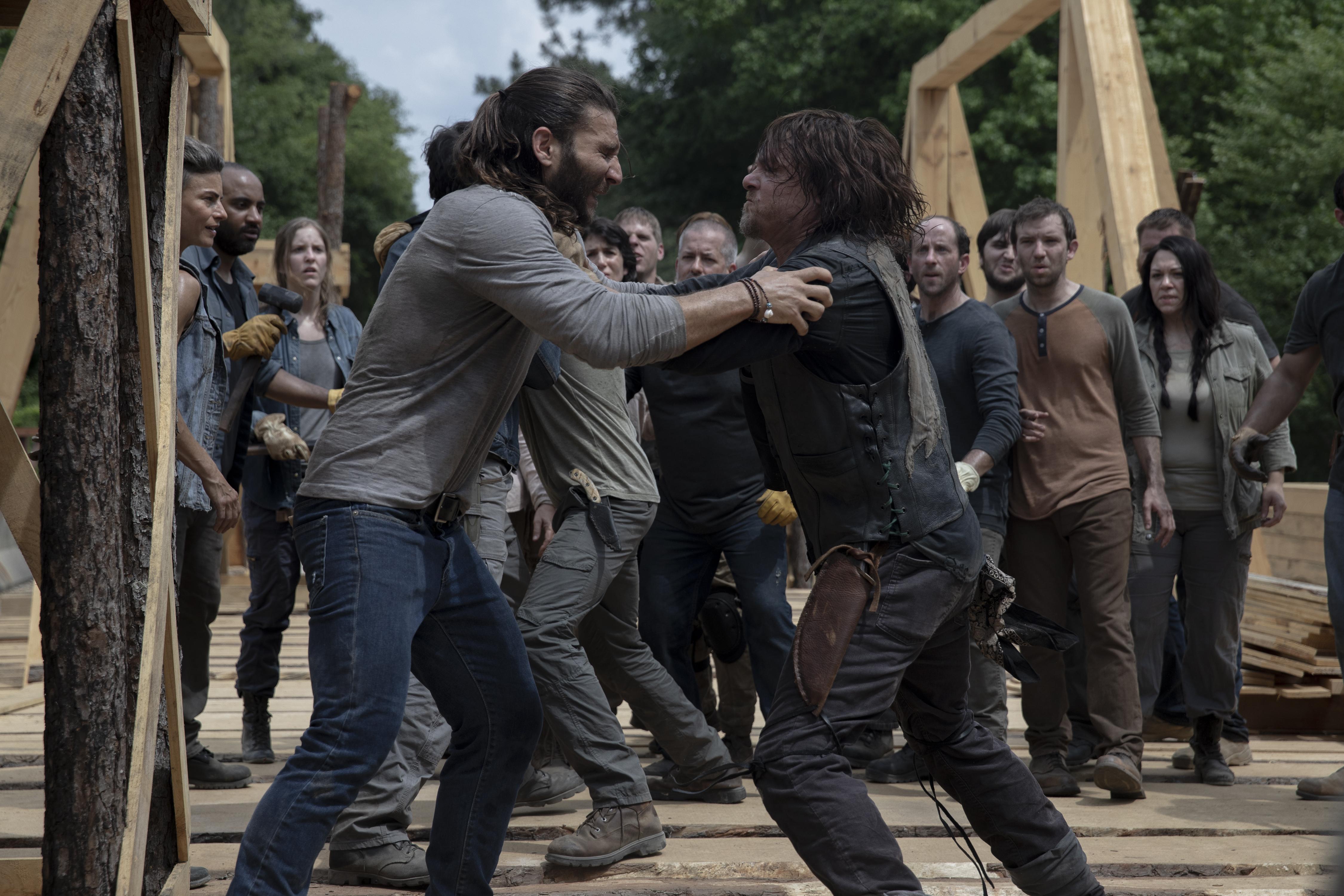Justin (Zach McGowan) et Daryl Dixon (Norman Reedus) se battent à toutes les 20 minutes, ce soir! - The Walking Dead Saison 9 Épisode 2 - Crédit photo: Jackson Lee Davis/AMC